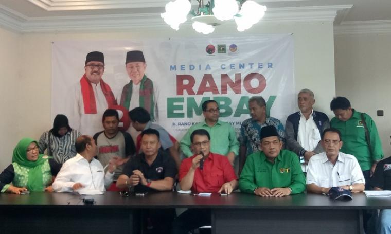 Tim Pemenangan Partai Demokrasi Indonesia Perjuangan saat menggelar jumpa pers di Posko Kemenangan di Modernland, Kota Tangerang, Rabu (22/2/2017). (Foto: TitikNOL)