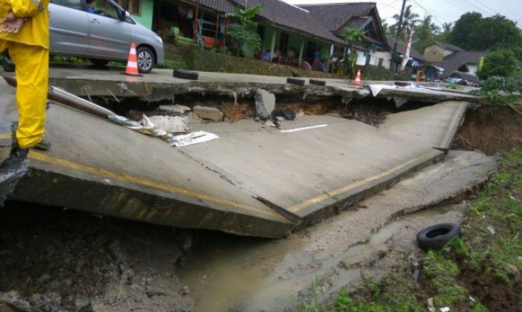 Akses jalan Saketi - Malingping yang ambruk akibat amblasnya tanah penopang jalan. (Foto: TitikNOL)