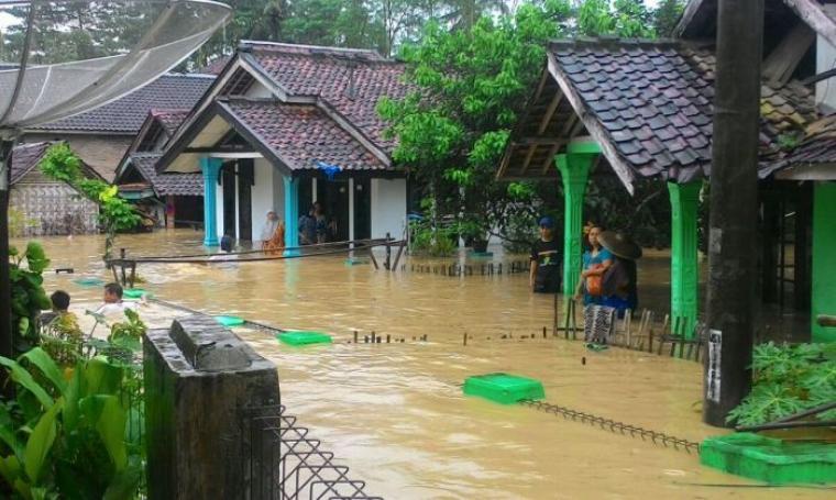 Banjir menggenangi sejumlah rumah-rumah warga yang berada di Kabupaten Lebak. (Foto: TitikNOL)
