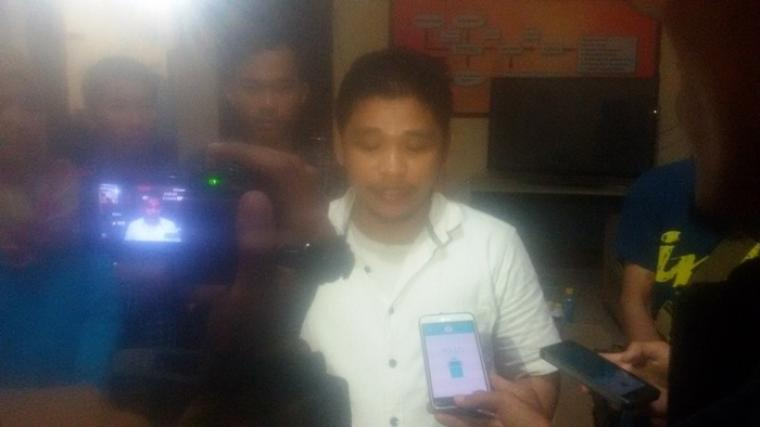Kuasa hukum Rano -Embay, Astiruddin Purba saat diwawancarai wartawan di kantor Bawaslu Banten. (Foto:TitikNOL)