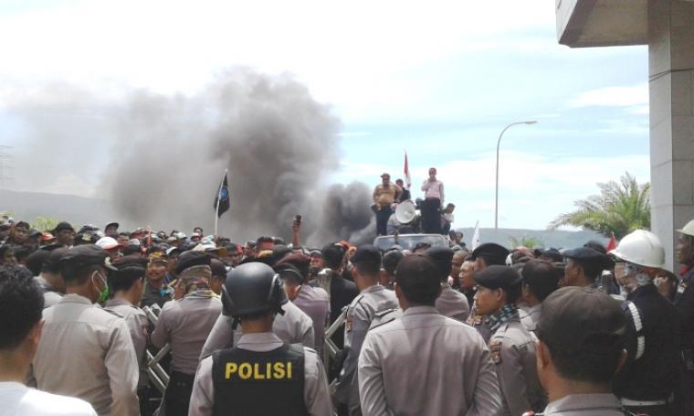 Dikawal puluhan kepolisian, ribuan warga dari berbagai elemen masyarakat di Kabupaten Lebak melakukan aksi demo ke PT. Cemindo Gemilang. (Foto: TitikNOL)