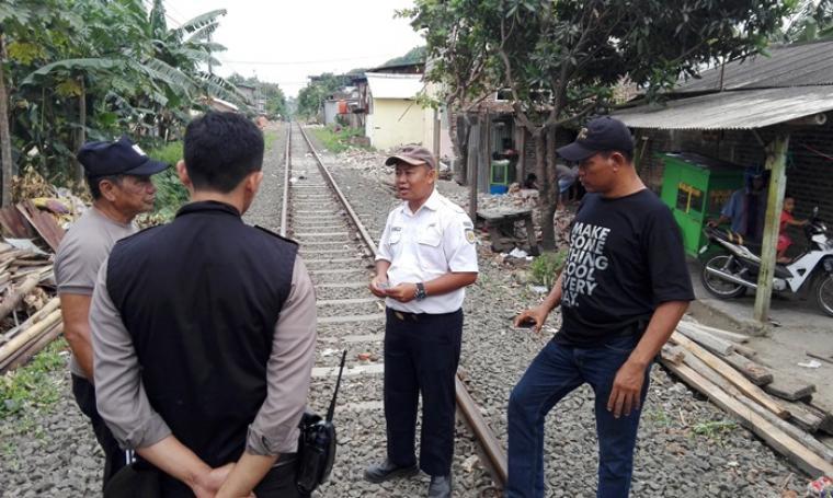 Petugas PT KAI saat menjelaskan terkait pembongkaran bangunan rumah di lingkungan Tegal Tong, Kelurahan Kebon Sari, Kecamatan Citangkil, Kota Cilegon. (Foto: TitikNOL)
