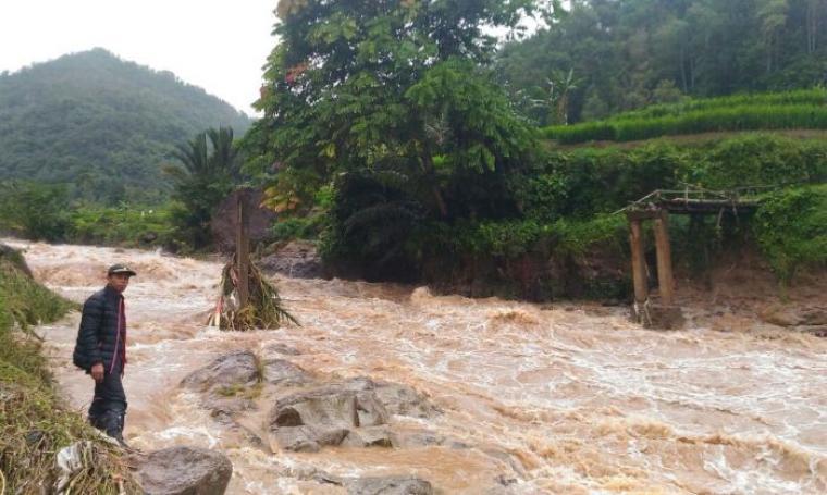 Kondisi jembatan putus yang berada di Kampung Cipayung, Desa Cisungsang, Kecamatan Cibeber, Kabupaten Lebak akibat meluapnya sungai Cibareno. (Foto: TitikNOL)
