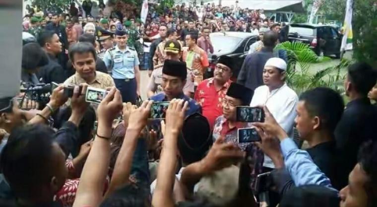 Presiden Joko Widodo didampingi Rano Karno dan Ali Mujahidin (berpeci putih), saat hadir di acara Muktamar ke-IX Al-Khairiyah di Kota Cilegon beberapa waktu lalu. (Dok:net)