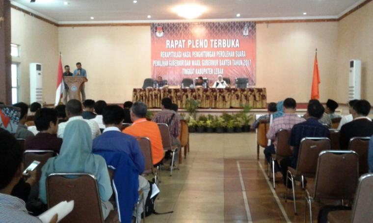 Rapat pleno rekapitulasi hasil penghitungan perolehan suara Pilgub Banten 2017 tingkat Kabupaten Lebak. (Foto: TitikNOL)