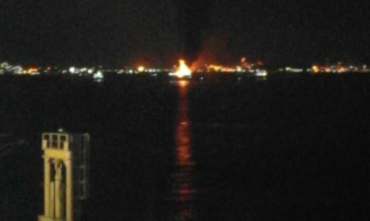 Kapal Motor Penumpang (KMP) Caitlyn terbakar di perairan Merak, Kota Cilegon. (Foto: TitikNOL)
