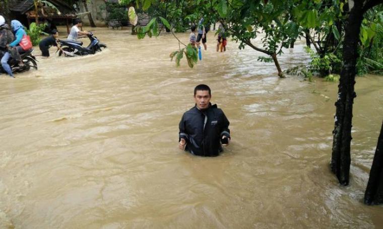 Meluapnya sungai di sejumlah daerah membuat beberapa Kecamatan di Kabupaten Pandeglang terendam banjir. (Foto: TitikNOL)