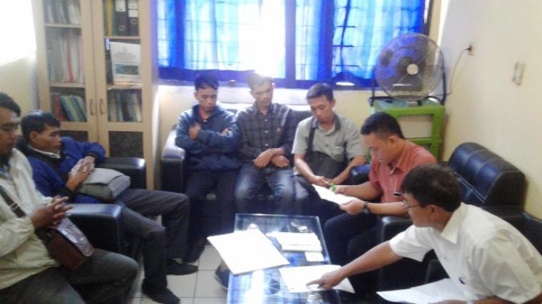Sejumlah karyawan PT. Solite Maxima Sarana Pos Rangkasbitung saat mengadu ke Dinas Tenaga Kerja (Disnaker) Lebak. (Dok: TitikNOL)
