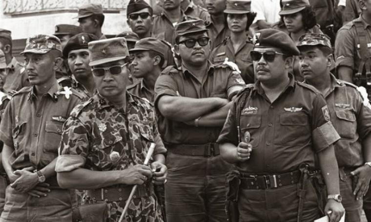 Soeharto bersama para pendukungnya. (Dok: bumipoetra)