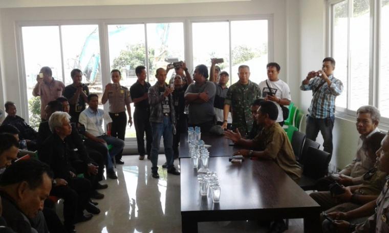 Suasana perundingan warga dengan pihak manajemen PT Cemindo Gemilang. (Foto: TitikNOL)