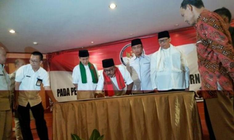 Pasangan calon Gubernur dan Wakil Gubernur Banten saat melakukan penandatanganan deklarasi anti politik uang di Hotel Ledian, Kota Serang, Rabu (8/2/2017). (Dok: bantennews)