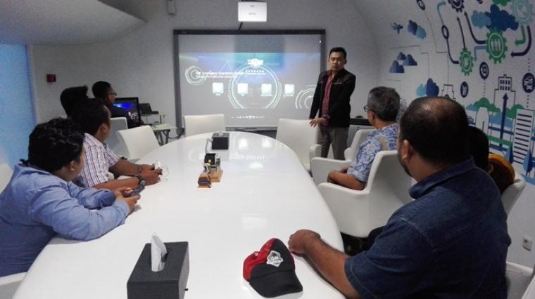 Pokja Wartawan Harian Cilegon bersama Dinas Komunikasi Informatika Sandi dan Statistik (DKISS) Kota Cilegon saat mengunjungi Bandung Command Center (BCC). (Foto:TitikNOL)