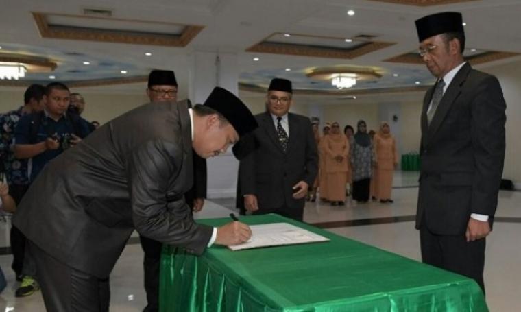 Menpora Imam nahrawi saat melakukan penandatanganan dalam acara pelantikan Gatot Sulistiantoro Dewa Broto sebagai Sesmenpora. (Dok: Uzone)