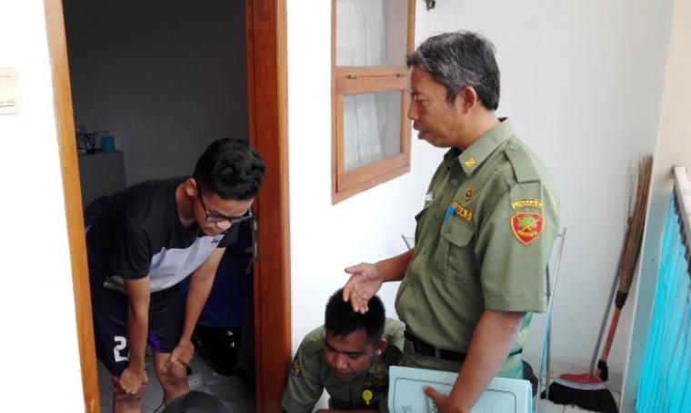 Petugas Kecamatan Purwakarta saat menggelar operasi yustisi di kos-kosan yang ada di lingkungan Damkar, Kelurahan Kotabumi. Foto: TitikNOL)