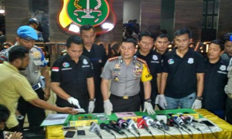 Polisi gelar barang bukti dari penangkapan Ridho Rhoma. (Dok: sindonews)