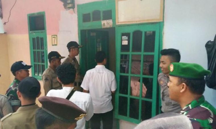 Petugas gabungan saat menggelar operasi yustisi di rumah kontrakan dan kost-kostan di wilayah Kecamatan Grogol. (Foto: TitikNOL)