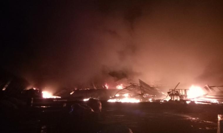 Pabrik Tekstil PT. Shinta Woo Sung di Desa Sangereng, Kecamatan Kopo, Kabupaten Serang, ludes dilalap api pada Selasa (28/2/2017) malam. (Foto: TitikNOL)