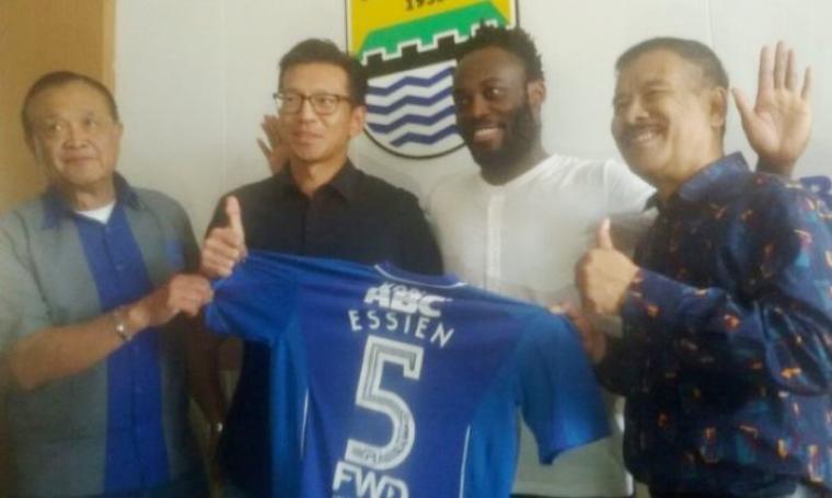 Persib secara resmi mengumumkan bahwa Essien benar-benar akan menjadi bagian mereka di Liga 1 2017. (Dok: tribunnews)