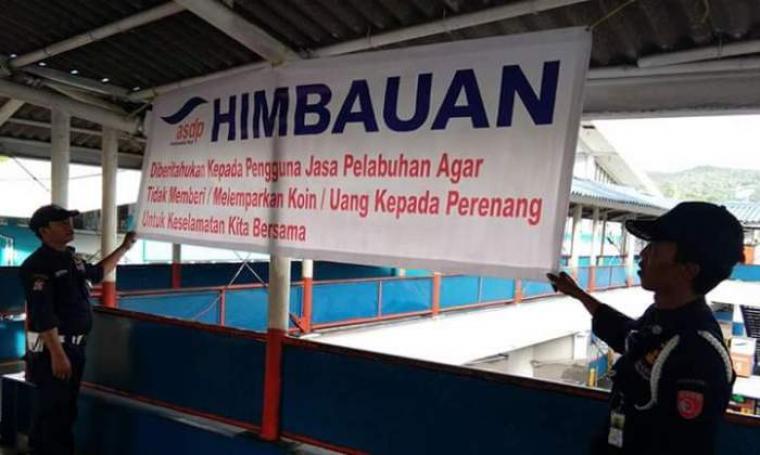 Pihak ASDP memasang spanduk himbauan untuk pengguna jasa Pelabuhan agar tidak meberi atau melempar koin kepada perenang. (Foto: Istimewa)