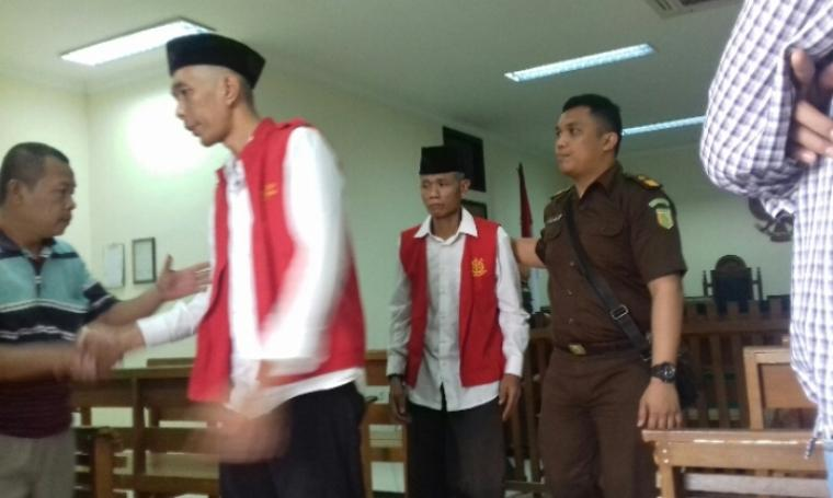 Dua pelaku pembagi mie instan di Pilgub Banten usai menjalani sidang putusan. (Dok: bantennews)