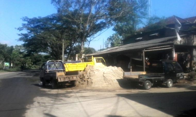 Sebuah toko material bangunan di ruas jalan nasional By Pass Soekarno - Hatta Rangkasbitung tempatkan material bangunan banya memakai bahu jalan. (Foto: TitikNOL)