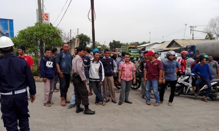 Warga berkerumun di lokasi penyergapan kelompok terduga teroris. (Foto: TitikNOL)