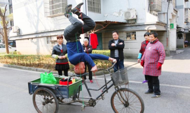Aksi kakek Zhu saat mengendarai sepedanya. (Dok: cgtn)