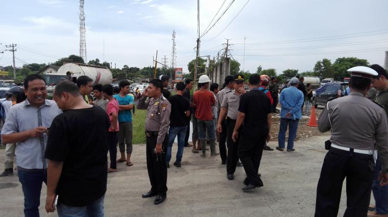 Suasana di lokasi penyergapan teroris yang berada di Simpang Tiga Jalan Lingkar Selatan (JLS) Ciwandan, Cilegon. (Foto: TitikNOL)