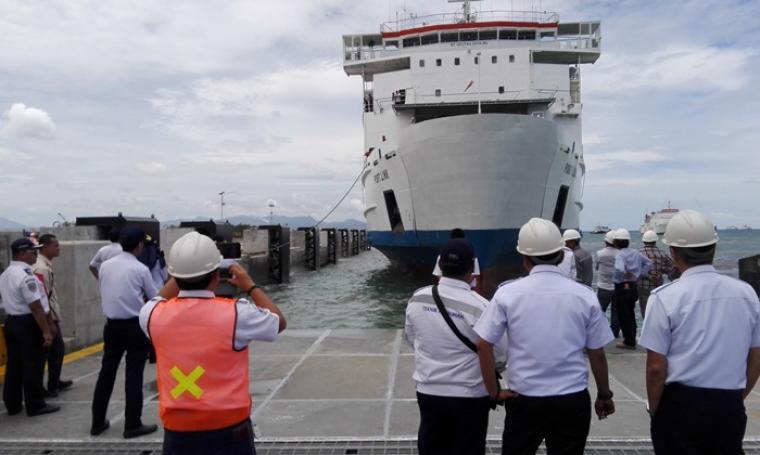 Kapal Port Link saat melakukan uji sandar di Dermaga VI Pelabuhan Merak. (Foto: TitikNOL)