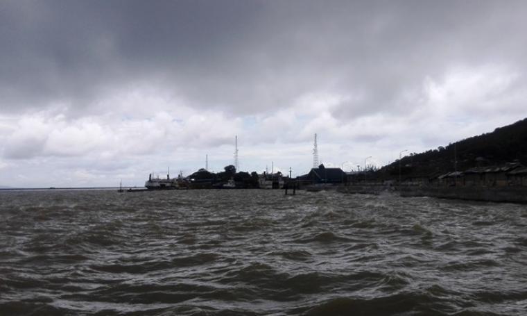 Kapal saat bersandar di Pelabuhan Merak ditengah kondisi cuaca buruk. (Foto: TitikNOL)