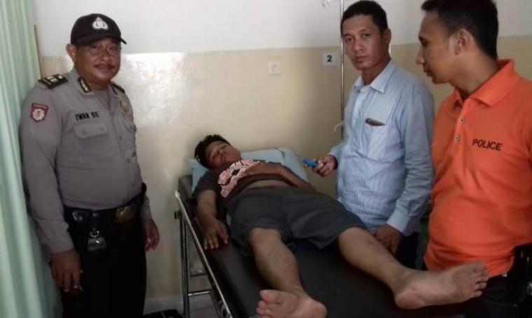 Eris Irawan terlihat terbaring lemas saat menjalani pemeriksaan kesehatan (Foto: Istimewa)