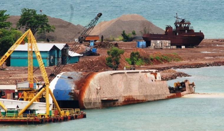 Aktivitas pemotongan bangkai eks KMP Vicktorious di Pantai Pulorida yang diduga ilegal. (Foto: TitikNOL)