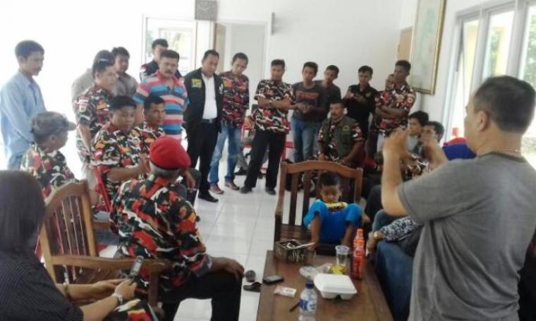 Puluhan anggota ormas LMPI Lebak saat mendatangi Mapolres Lebak untuk mengawal proses hukum kasus dugaan penganiayaan yang menimpa Asep alias Jawa anggota LMPI Lebak. (Foto: TitikNOL)