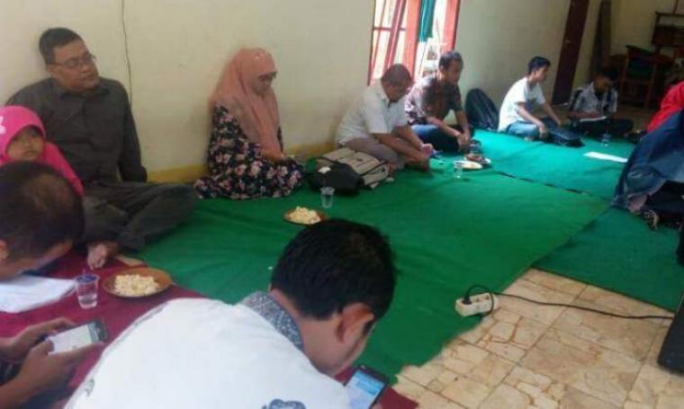 Suasana diskusi Rafe'i Ali Institute (RAI) di Kampung Jaha, Desa Sukamaju, Kecamatan Labuan. (Foto: TitikNOL)