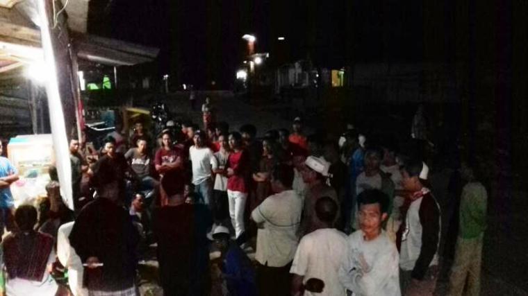 Ratusan warga Desa Pamubulan, Kecamatan Bayah yang melakukan aksi protes, saat berkumpul di kantor desa setempat. (Foto: TitikNOL)