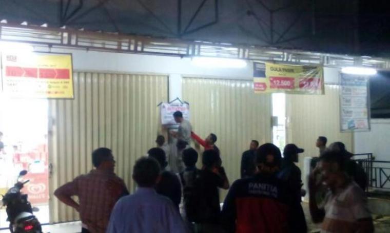 Satpol PP Lebak saat menutup paksa sebuah toko serba ada (Toserba) yang berafiliasi dengan Indomaret di Desa Pasar Keong, Kecamatan Cibadak. (Foto: TitikNOL)