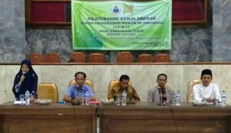 Ketua ICMI Lebak (kanan), saat menjadi pemateri dalam acara diskusi yang digelar ICMI Orda Lebak. (Foto: Ist)
