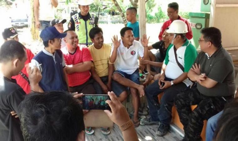 Rapana (pakai helm putih) perwakilan dari PT Cemindo Gemilang, saat menggelar dialog dengan warga. (Foto: TitikNOL)