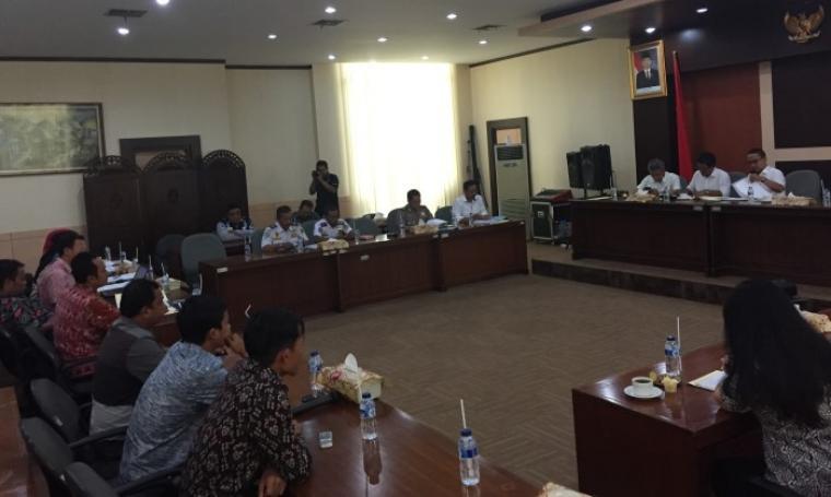 Suasana audensi antara DPRD, PT Cemindo Gemilang, Polres Lebak, Dinas Terkait dan Warga Pamubulan di Gedung Serbaguna DPRD Banten. (Kamis/4/27/2017) (Foto: TitikNOL)
