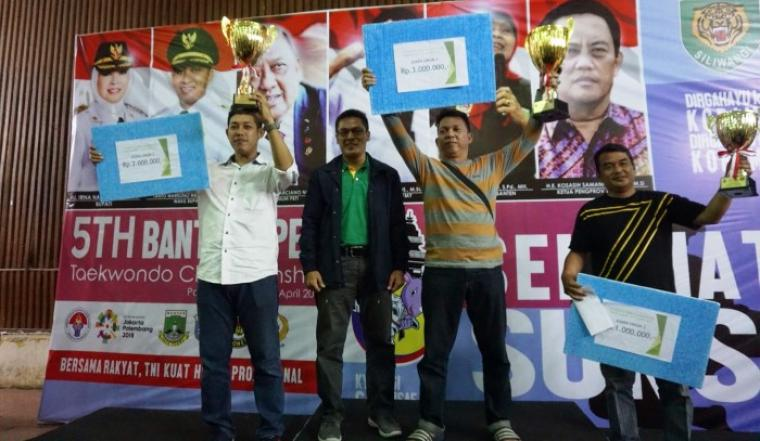 Para juara saat menunjukan tropi juara. (Foto: TitikNOL)
