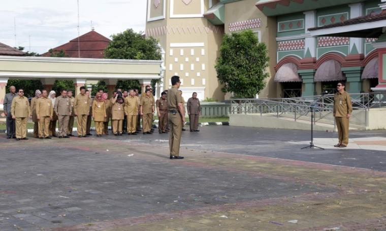 Apel awal bulan yang dipimpin Sekda Banten Ranta Soeharta dan diikuti pejabat esselon II, III dan IV dilingkungan Pemprov Banten, di halaman Mesjid Raya Al-Bantani, KP3B, Kota Serang. (Foto: TitikNOL)