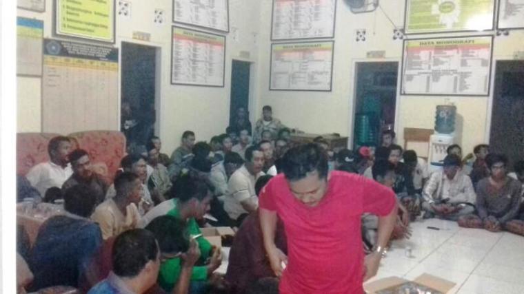 Warga Desa Pamubulan saat berkumpul di kantor desa untuk melakukan dialog. (Foto: TitikNOL)