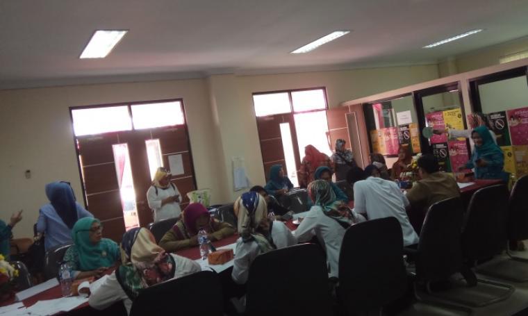 Sejumlah warga menjalani proses wawancara sebelum IVA test di Sekretariat TP-PKK Banten di, DPM PTSP, KP3B, Kota Serang, Selasa (25/4/2017). (Foto: TitikNOL)