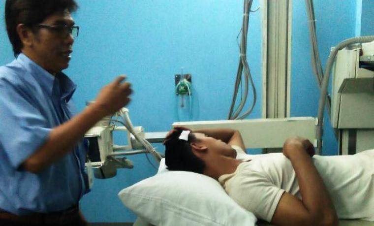 Ahmad Satibi, korban penembakan, saat menjalani perawatan di Rumah Sakit Krakatau Medika Cilegon (Foto: Ist).