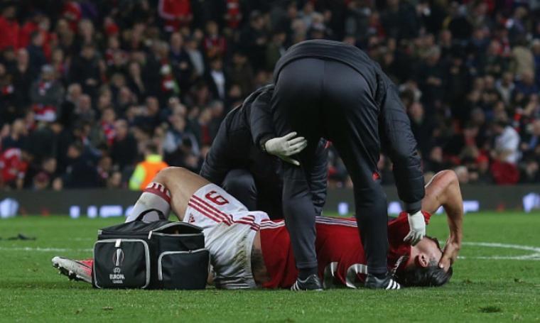 Ibrahimovic akan absen membela Manchester United hingga Januari 2018. (Foto: metro)