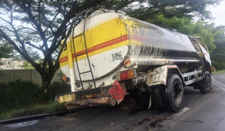 Truk pengangut oli sudah dievakuasi setelah sempat terguling hampir 100 meter di ruas Tol Jakarta - Merak. (Foto: TitikNOL)