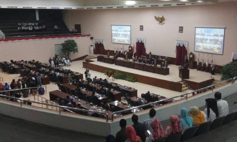 Sidang paripurna istimewa pengumuman hasil penetapan pasangan calon gubernur dan wakil gubernur Banten terpilih pada pemilihan tahun 2017, Rabu (12/4/2017). (Foto: TitikNOL)