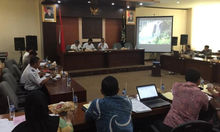 Ketua DPRD Banten Asep Rahmatullah saat memberikan sambutan audensi di gedung serba guna DPRD Banten. (Foto: TitikNOL)