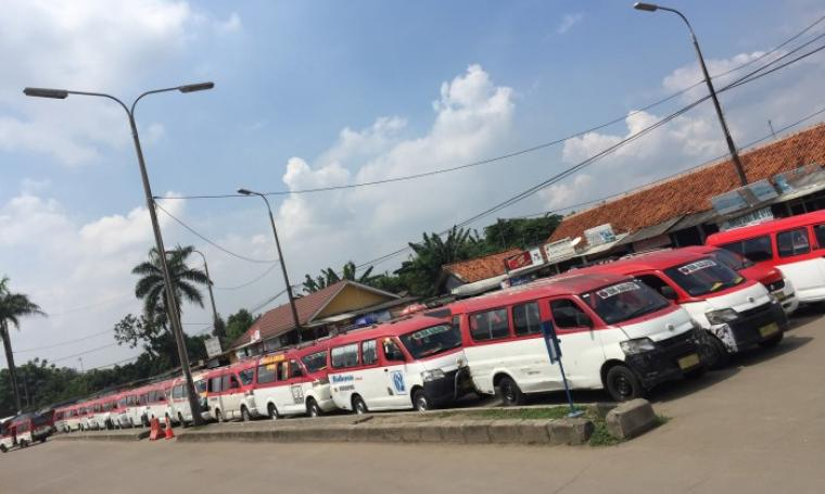 Ratusan Angkutan Umum nampak berjejer melakukan mogok beroperasi terparkir di Terminal Pakupatan, Kota Serang, Kamis (27/4/2017). (Foto: TitikNOL)