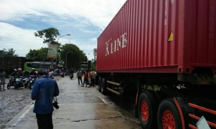 Kendaraan terjebak macet akibat banjir di Jalan Raya Cilegon-Anyer. (Foto: TitikNOL)